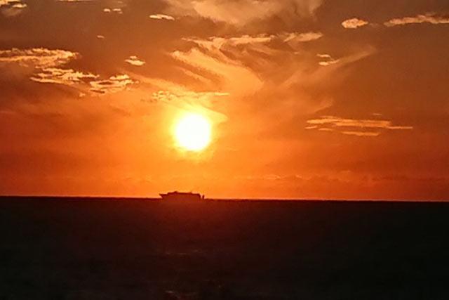 〈ロイヤルホテル小林〉からの夕陽