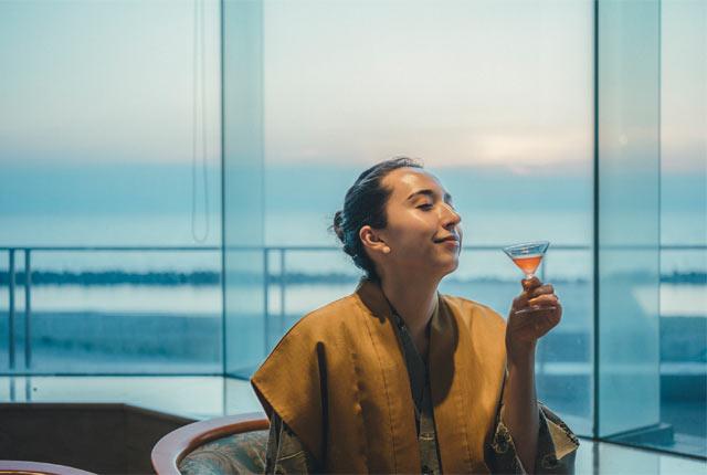 カクテルを楽しむ斉藤アリスさん
