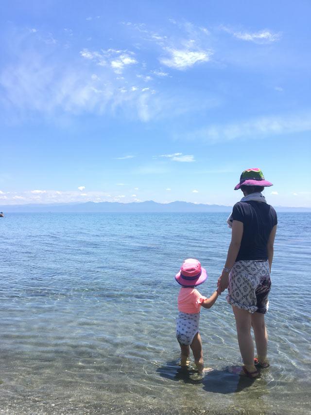 海水浴を楽しむ奥さんと娘