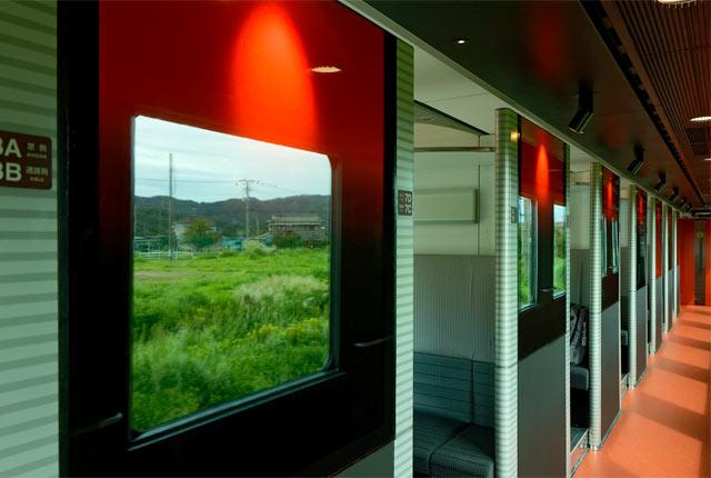 赤いデザインが印象的な列車内