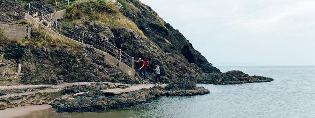 海の岩場から登山開始