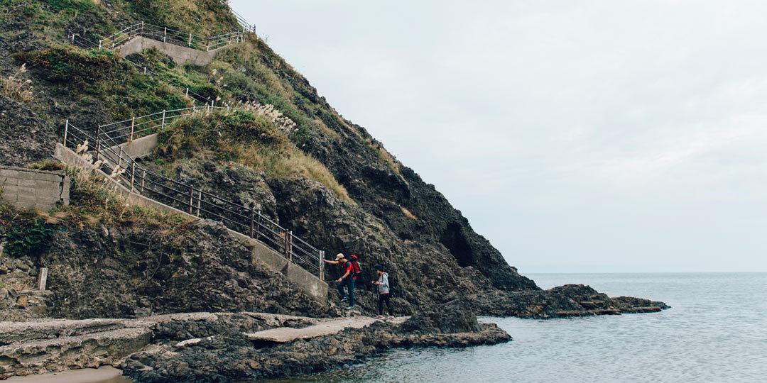 荒い岩場もクリア! 海を眺めながら山登り
