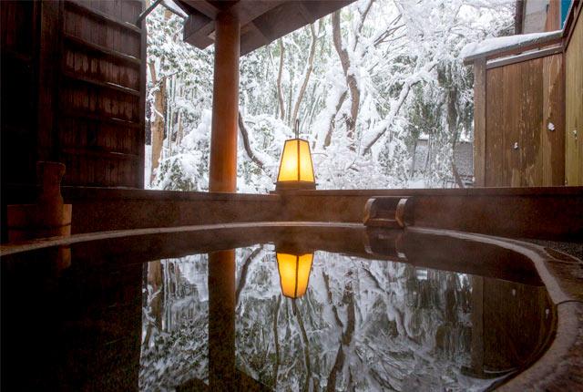 〈ふるさとがしのばれる宿 角屋旅館〉の露天風呂