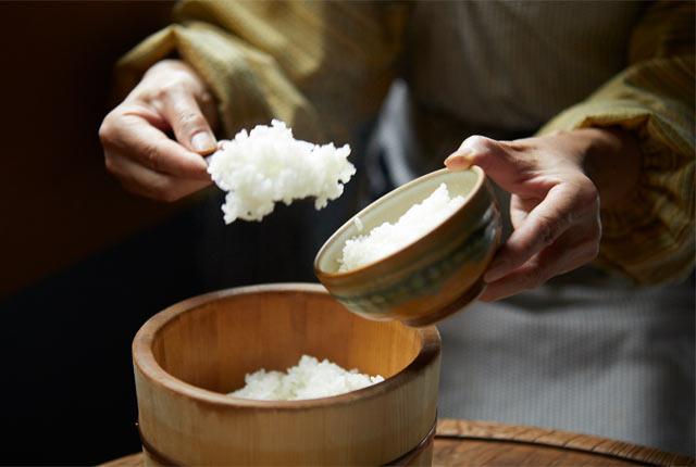 角屋旅館で提供される炊きたての白米