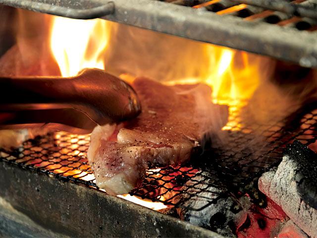 炭火で肉の表面を仕上げる