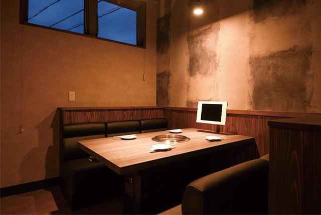 〈あぶり料理の権十楼〉のテーブル席
