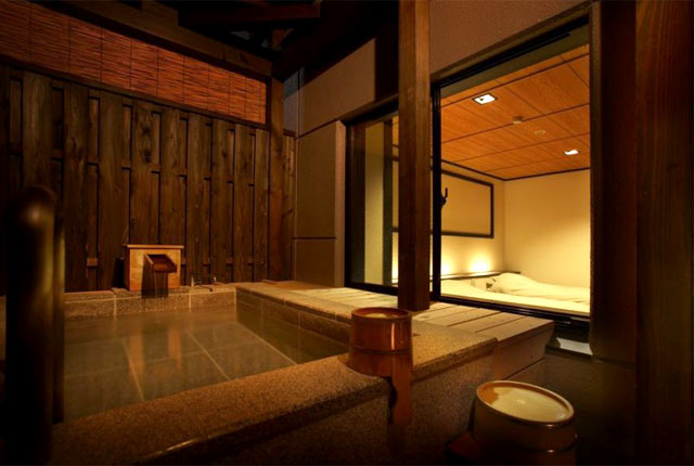 HATAGO井仙の客室にある温泉風呂