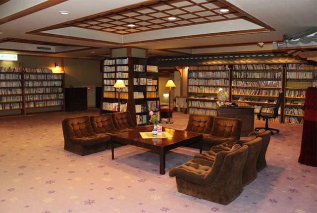 本棚が並ぶラウンジスペース