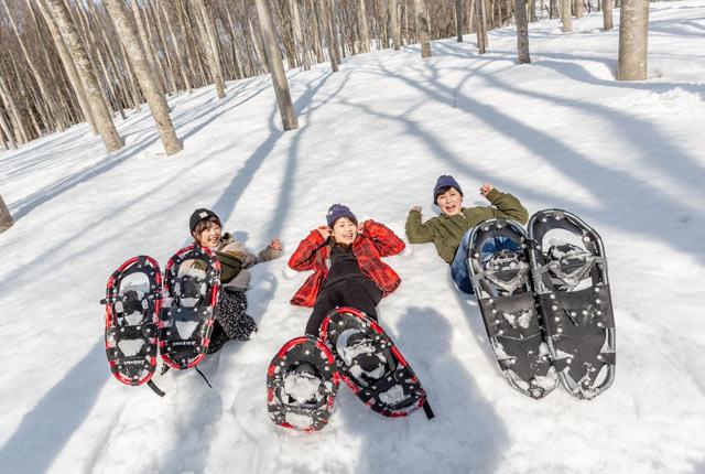 スノーシューを楽しむ観光客