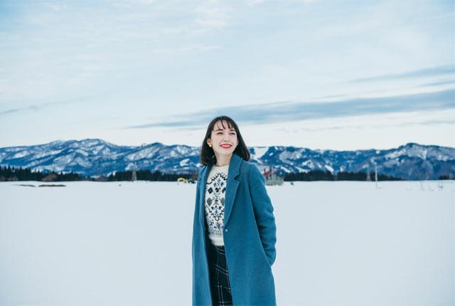 雪原の上を歩く斉藤アリスさん