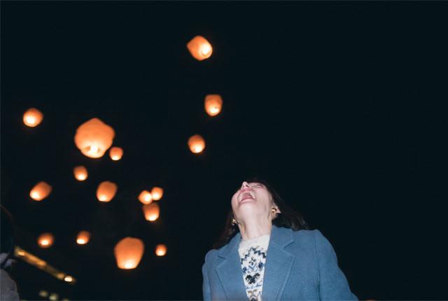 夜空を見上げる斉藤アリスさん