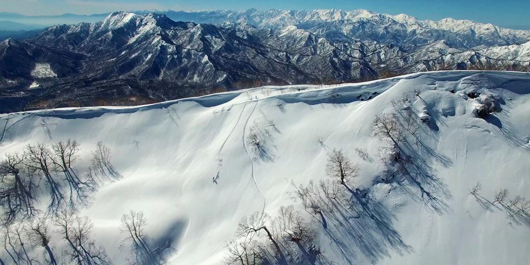 2020年は記録的暖冬で雪不足。降雪祈願したくなる新潟の雪山絶景ドローン映像
