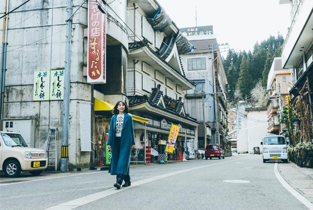 松之山温泉を歩く斉藤アリスさん