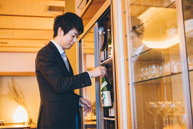 日本酒を選ぶ山岸さん