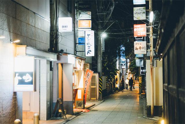 新潟古町の夜の街並み