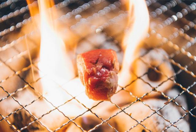 落ちた脂で炎があがる
