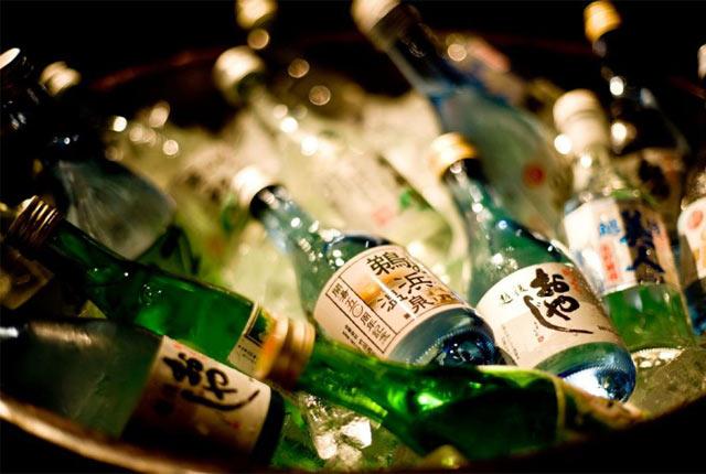 冷やされた日本酒ボトル