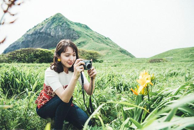 大野亀で撮影する斉藤アリスさん