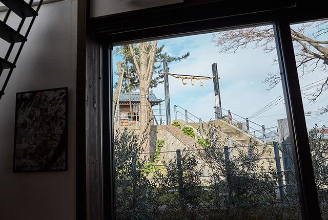 カフェの窓から見える住吉神社