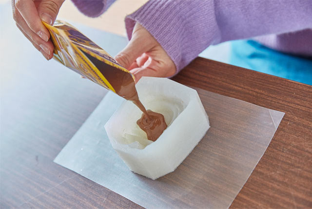 チョコレートを型に流し込む