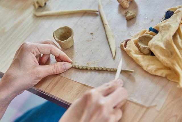ひも状の粘土に模様をつける