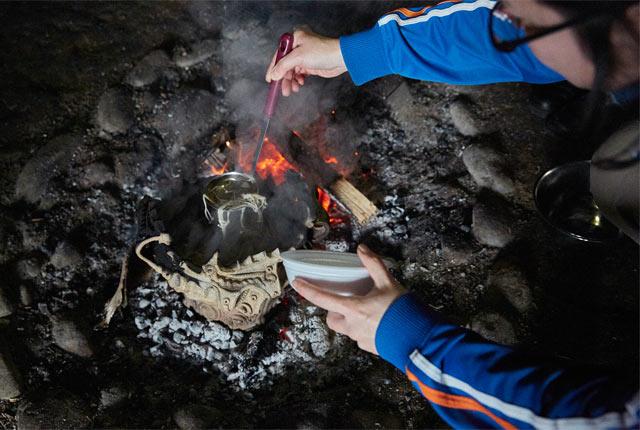 火焔型土器で調理中