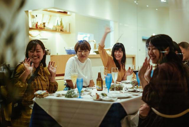 〈清助 NextDoor〉での食事を楽しむ参加者