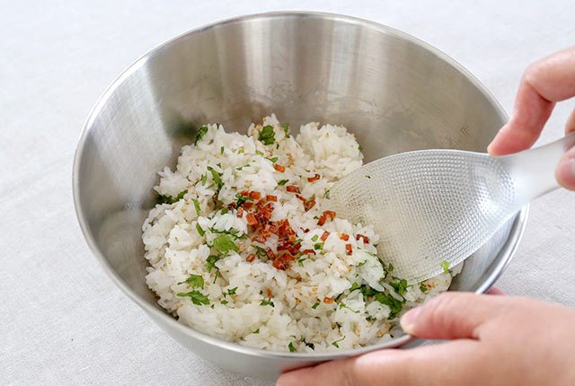酢飯と具材を混ぜ合わせる