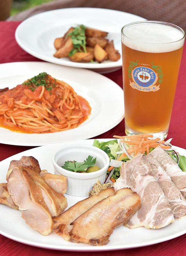スワンレイクビールとパスタ、ポテトなどの料理