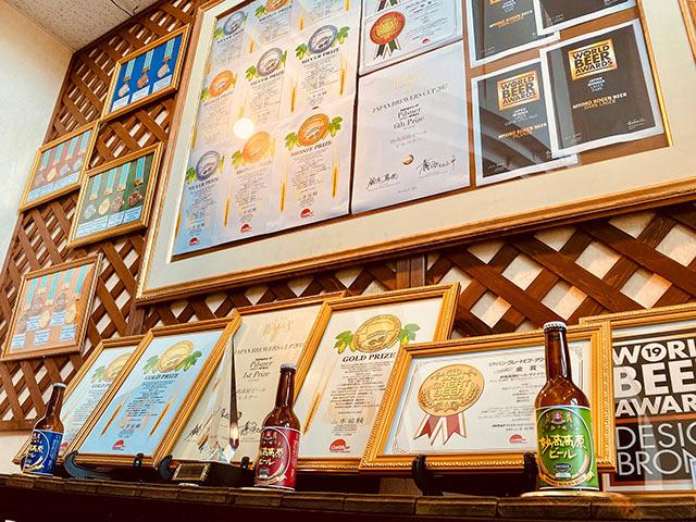 壁に飾られた数々のコンテスト受賞の賞状