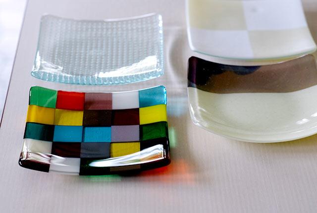 透明感のある四方皿