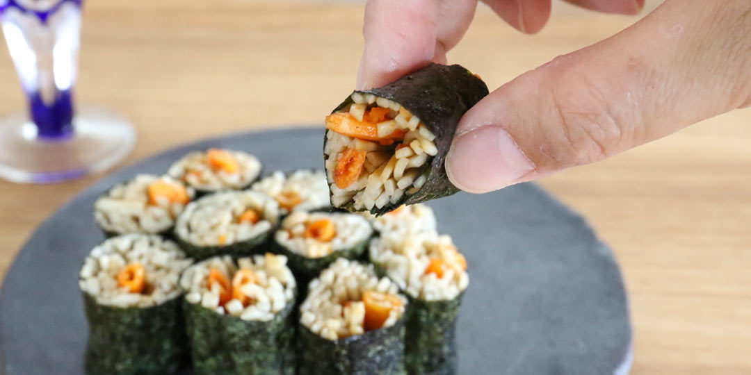 ピリッ、ザクッがアクセントに。〈柿の種のオイル漬け にんにくラー油〉のそば寿司