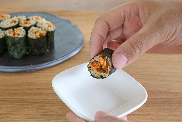 手づかみでそば寿司をいただきます