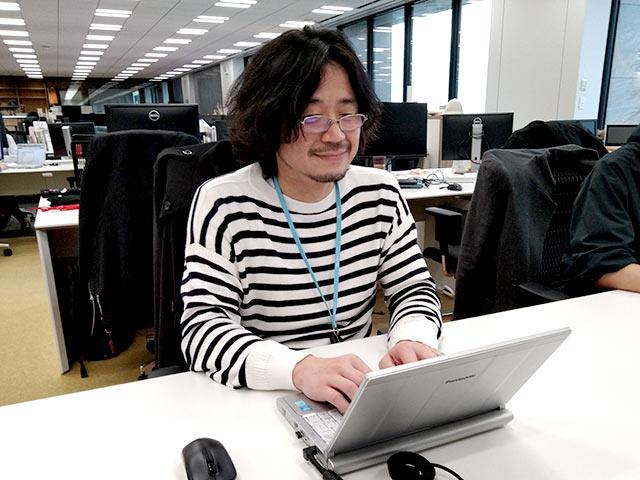 東京本社で作業する竹内義晴さん