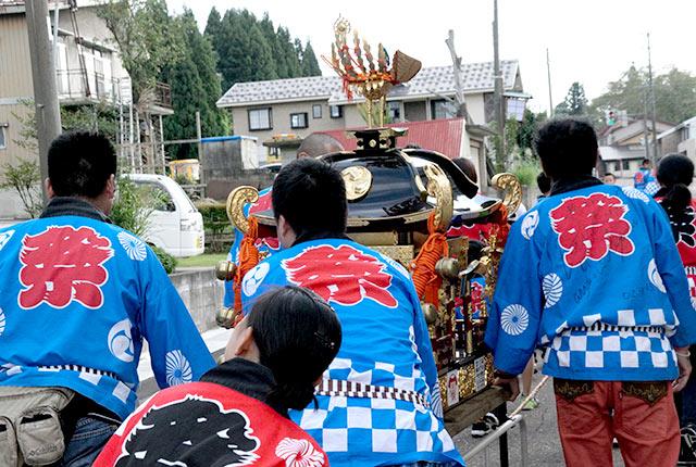 神輿が練り歩く地元のお祭り