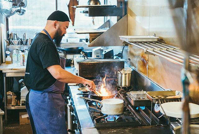 キッチンに立つレストラン・ウオゼンの井上和洋さん
