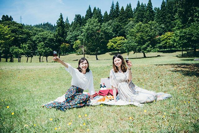 芝生の上でピクニック
