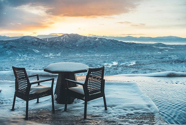 アクアグリルダイニングから見える雪山の風景