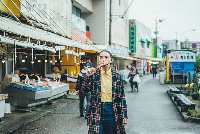 いかの丸焼きを食べながら市場通りを探索