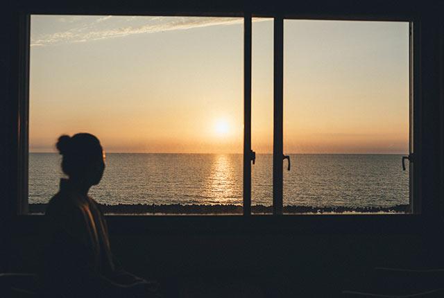 客室から見える海の夕日