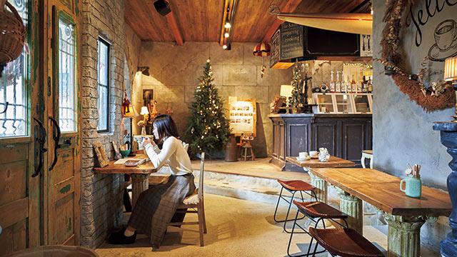 カフェで休憩中の女性