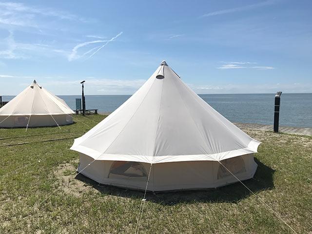 海をのぞむポイントに貼られたテント