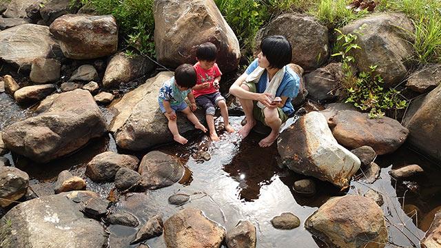川遊び中の子ども