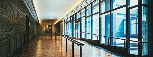 展示室へと続く、緩やかな上り坂になっている廊下