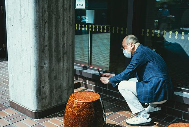 写真を撮る山田さん