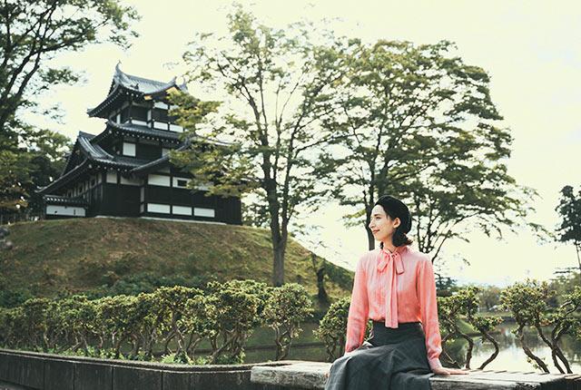高田城三重櫓前に座るアリスさん
