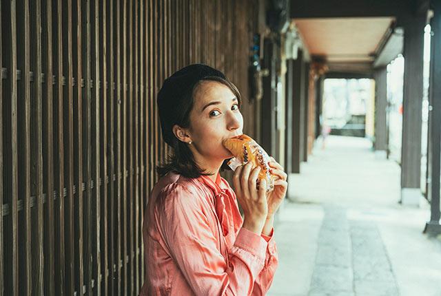 サンドパンを食べるアリスさん
