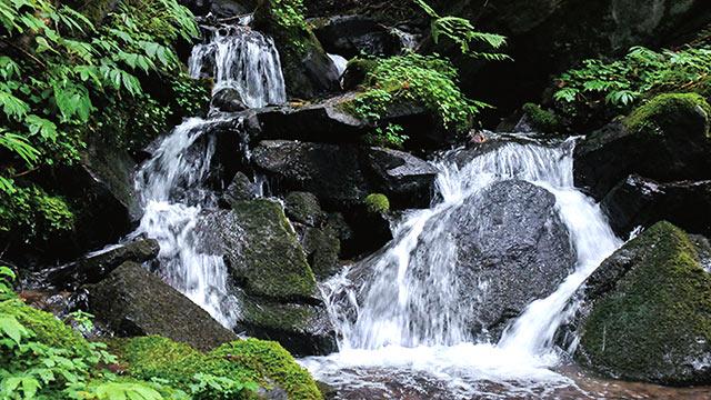 雪解け水が流れる滝