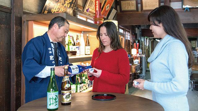 酒蔵での日本酒の試飲