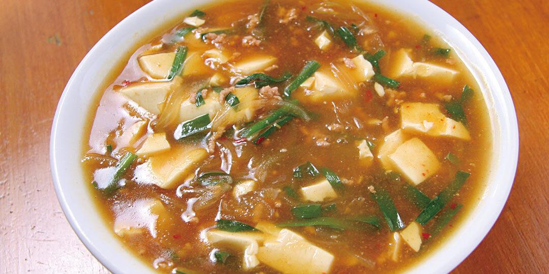 五泉市〈日の出食堂〉のマーボーラーメンは「さといも麺」が主役